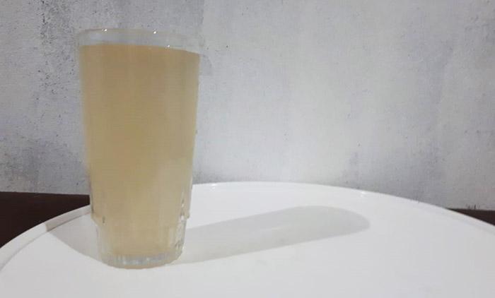 A água fornecida pelo DESO - que suspendeu o serviço - turva, se encontrava fora dos padrões para consumo humano. Foto: JCoelho | Rede InfoSãoFrancisco